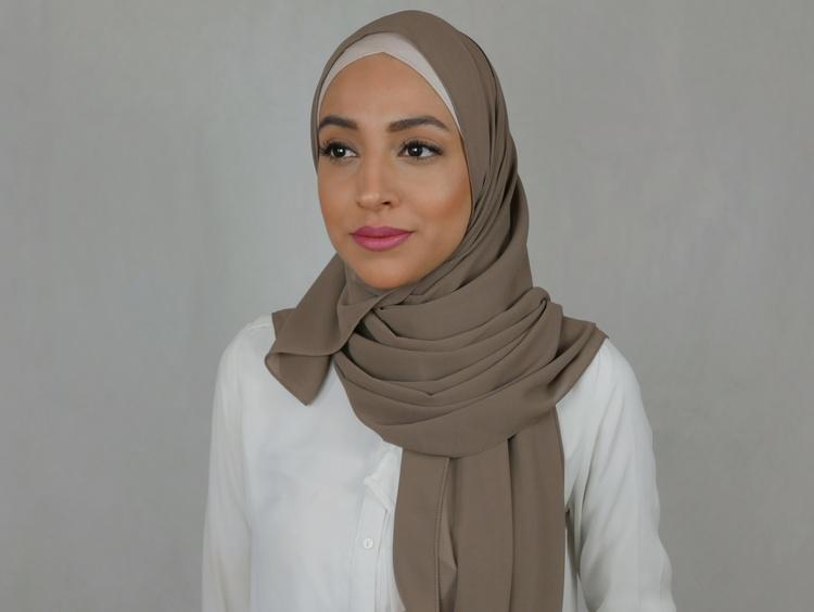Premium chiffong hijab med knytband i färgen bisque som är en brun nyans