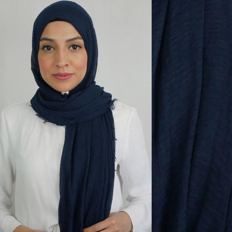 Hijab av bomull med kortare fransar längst sidorna. Hijab i färgen mörkblå (marin)