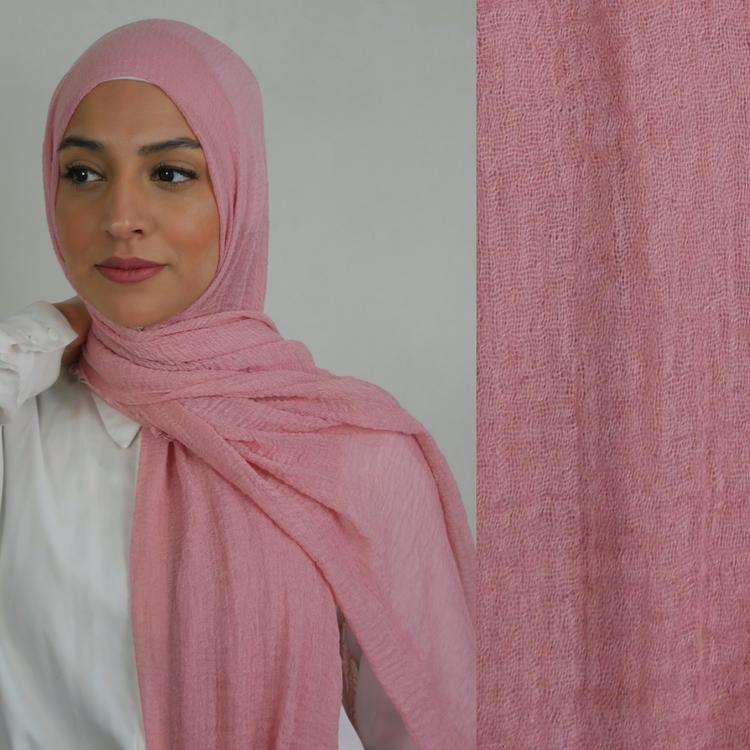 Hijab av bomull med kortare fransar längst sidorna. Hijab i färgen rosa