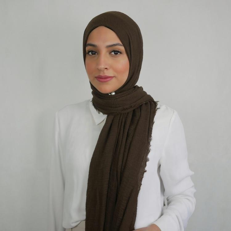 Hijab av bomull med kortare fransar längst sidorna. Hijab i färgen brun