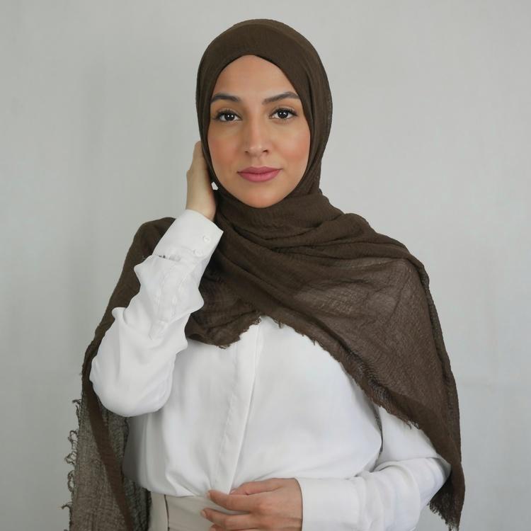 Mjuk och len hijab i bomull. Färgen brun