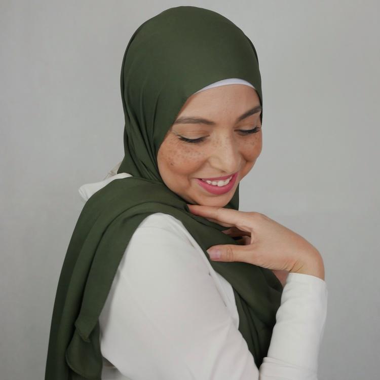 hijab i exklusivt chiffong tyg. Denna hijab är i lyxig crepe chiffong. hijab i färgen oliv