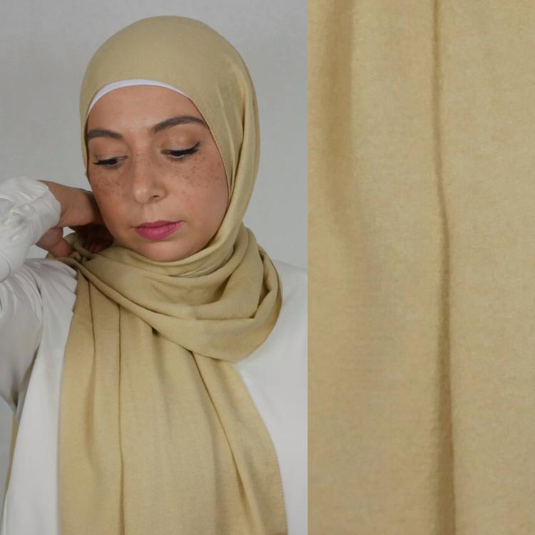 Mio jazz hijab. En blandning av mjukt tyg i färgen beige