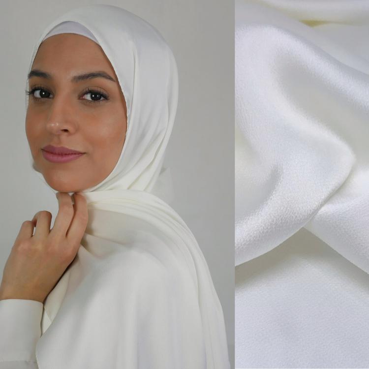 Silkeslen hijab i vit färg. Chiffong hijab i vit färg. Glansig chiffong hijab i vit färg. Hijab för studenten. Hijab för bröllop. Vit glansig hijab