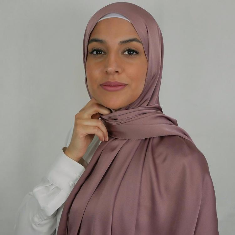 hijab i 2in1. Ej genomskinlig hijab. Trygg hijab som sitter på plats. Silkeslen hijab med matt baksida. Hijab i färgen mauve