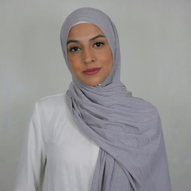 Jersey hijab med en snygg ribbad struktur. Jersey hijab i grå färg
