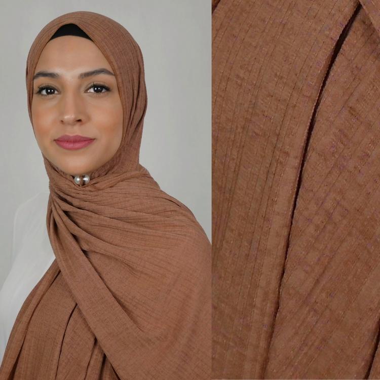 Jersey hijab med en snygg ribbad struktur. Jersey hijab i färgen brun