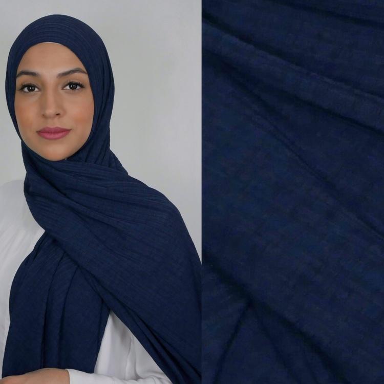 Jersey hijab med en snygg ribbad struktur. Jersey hijab i färgen navy, blå