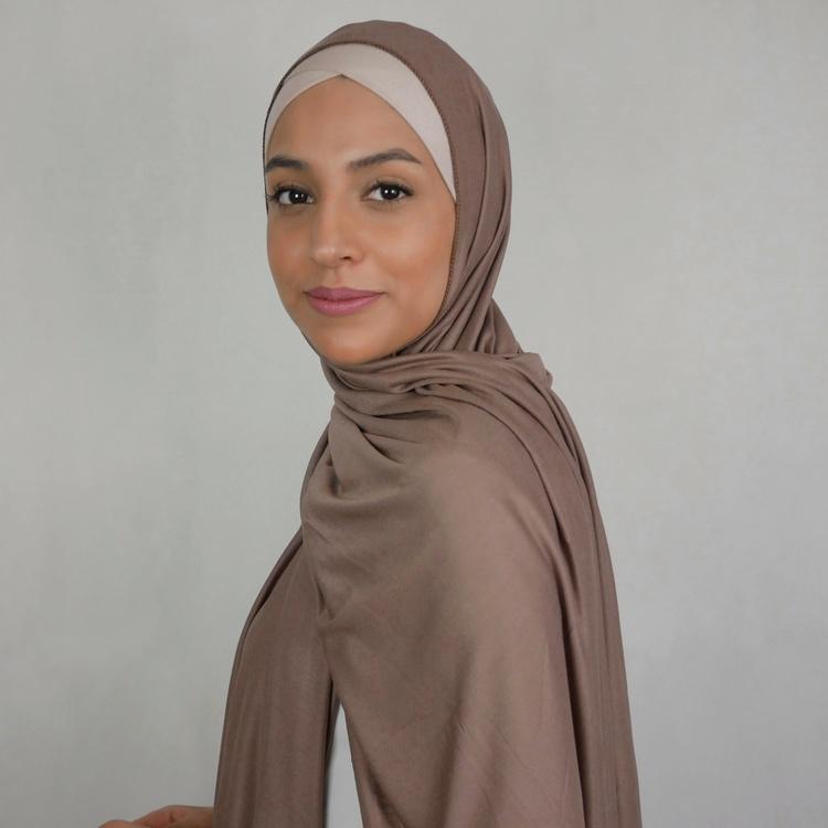 Klassisk hijab i Jersey i tyget viskos. Denna Jesey hijab är i färgen sable som är en brun nyans