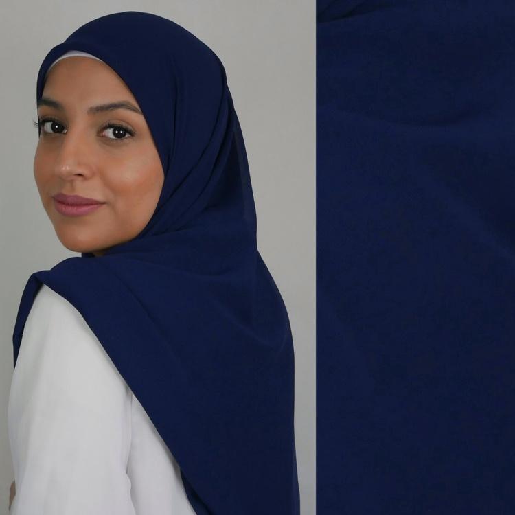 Chiffong hijab i fyrkantig modell i färgen cobalt som är en mörkblå nyans