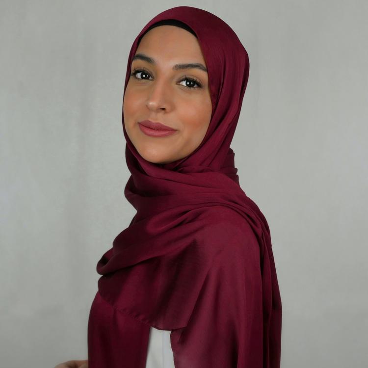 Glansig hijab med matt baksida så att den sitter på plats utan att glida. Halkfri hijab 2in1