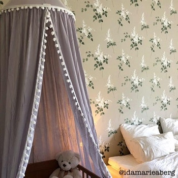 Sänghimmel med pom pom i kanten - Grå