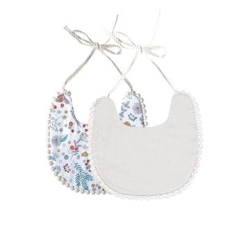 Haklapp / Dregglis - Blommigt vit och gräddvit m. Pom Pom's 1st