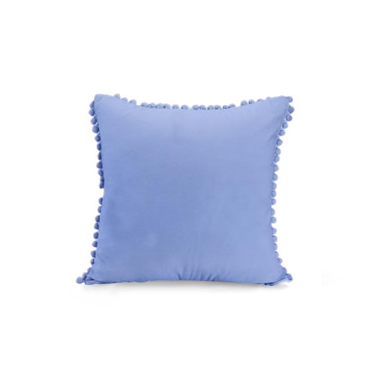 Kuddfodral i sammet med pompoms - Ljusblå