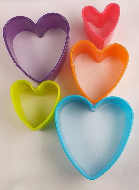 Färgglada kakmått för pepparkaksbaket och småkakorna i fem storlekar - Hjärta - 70 % rabatt