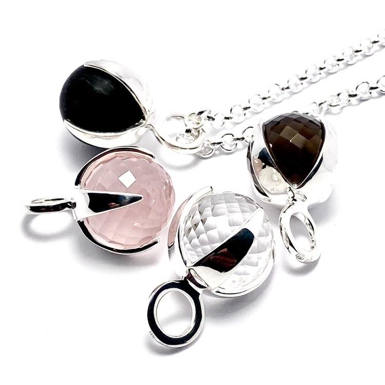 Silver-hängen med rosenkvarts, rökkvarts, bergskristall och svart onyx. Silver pendant with rose quartz, smokey quartz, crystal quartz and black onyx.