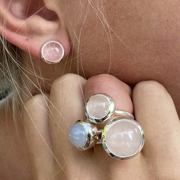 Silverörhängen med rosenkvarts med matchande ringar. Silver earrings with rose quartz and matching earrings.