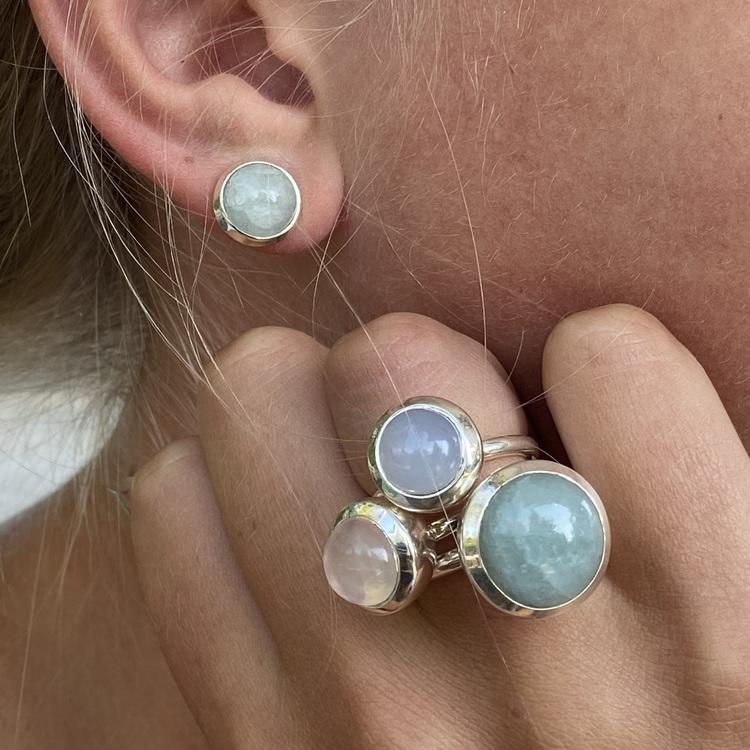 Silverörhängen med akvamarin och matchande ringar. Silver earrings with aquamarine and matching silver rings.