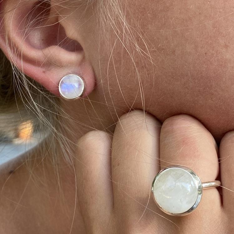 Silverörhängen med regnbågs-månsten och matchande silverring. Silver earrings with rainbow moonstone with matching silver ring..