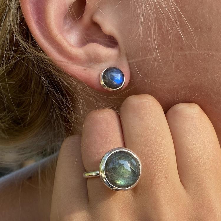 Silverörhängen med labradorit och matchande silverring. Silver earrings with labradorite and matching silver ring.