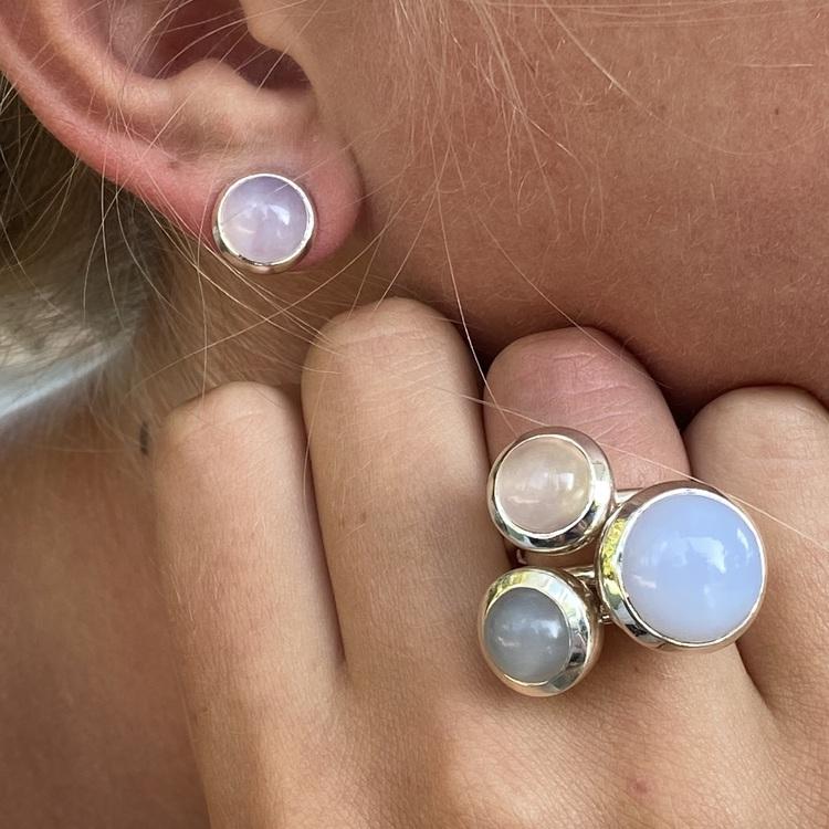 Silverörhängen med kalcedon och matchande silverringar. Silver earrings with chalcedony and matching silver rings.