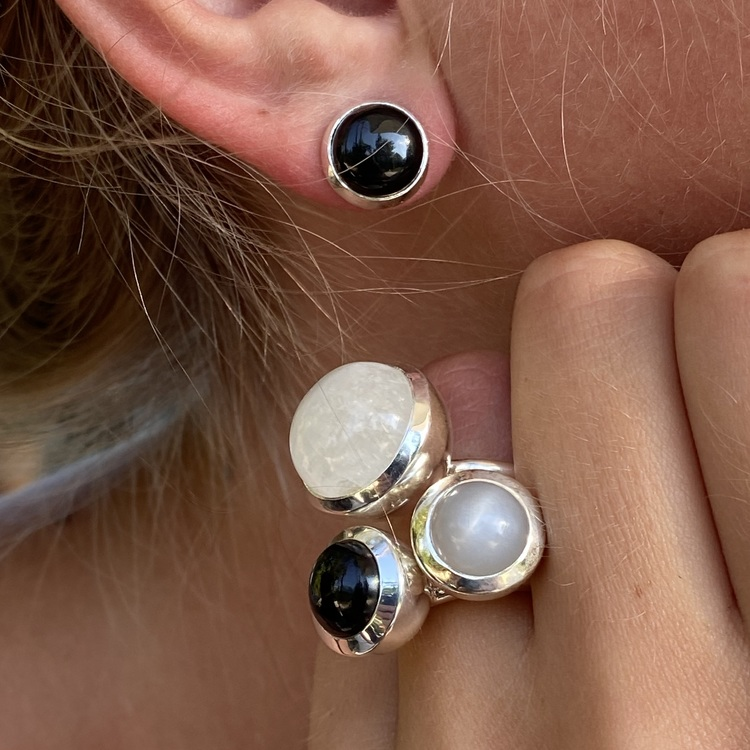 Silverörhänge med svart onyx och matchande silverringar. Silver earrings with black onyx and matching silver rings.