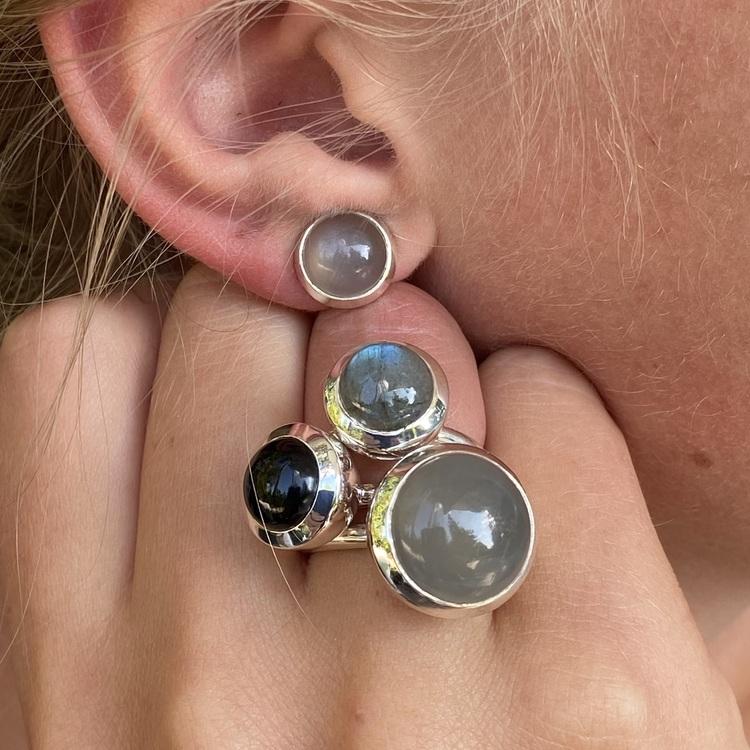 Silverörhängen med grå månsten och matchande silverringar. Silver earrings with grey moonstone and matching silver rings.