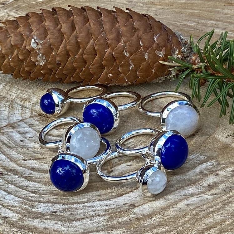 Silverringar med lapis lazuli och regnbågsmånsten. Silver rings with lapis lazuli and rainbow moonstone.