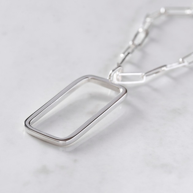 silverhänge med rektangulär form på silverkedja. silver pendant with rectangular shape on a silver chain