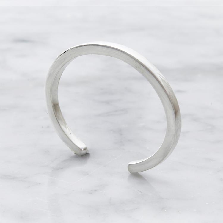 slätt enkelt och massivt silverarmband, stående. massive silver bracelet, standing.