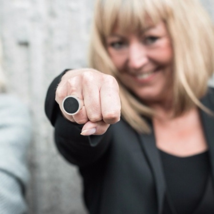 kvinna med stor silverring med mattslipad onyx. woman wearing a big silver ring with mat polished onyx.