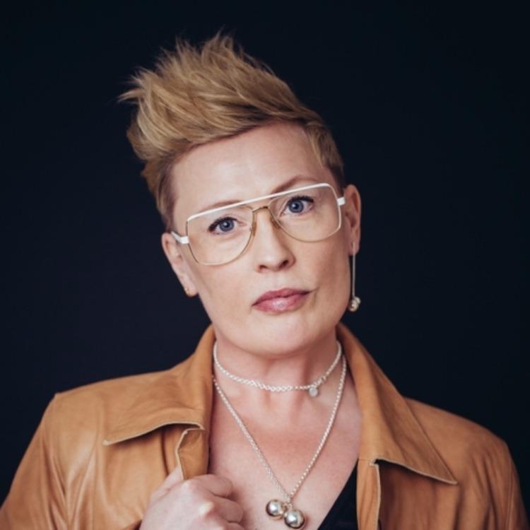 kvinna som bär ett örhänge. woman wearing one earring.