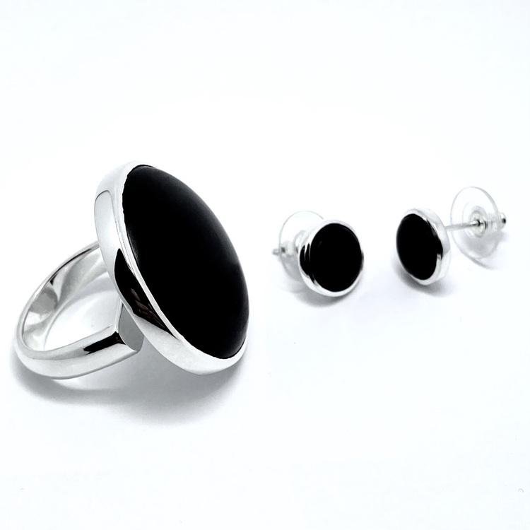 Silverörhängen med svart onyx och matchande silverring. Silver jewellery with black onyx.