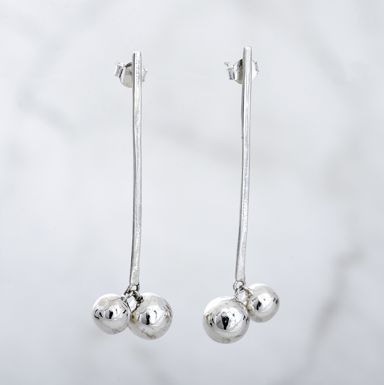 silverörhängen med två silverkulor. silver earrings with two silver globes.