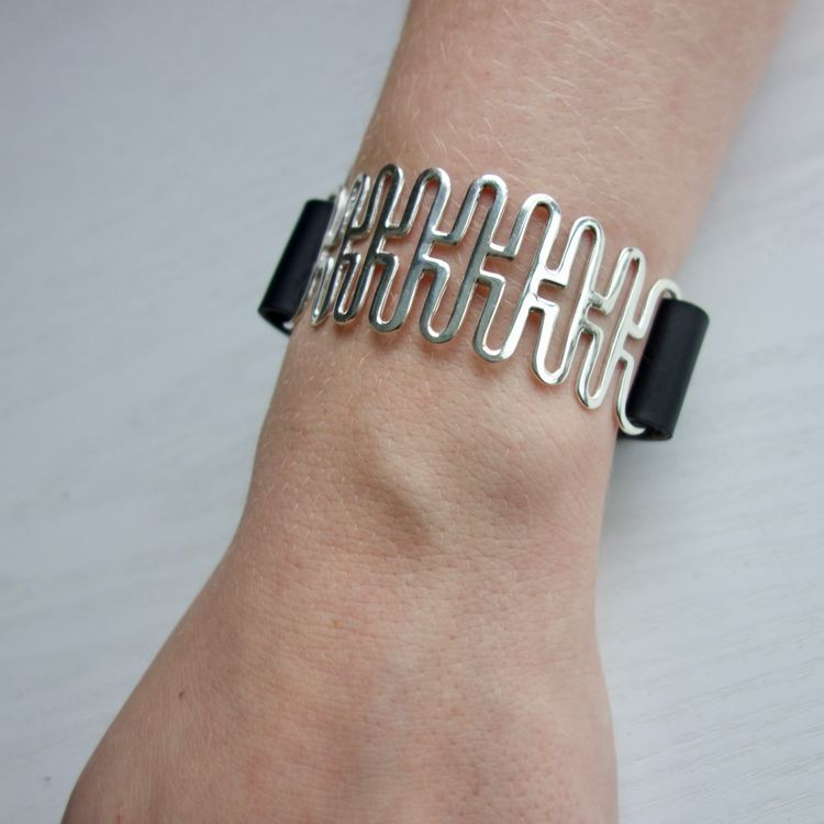 silverarmband i svart läder. silver bracelet in black leather.