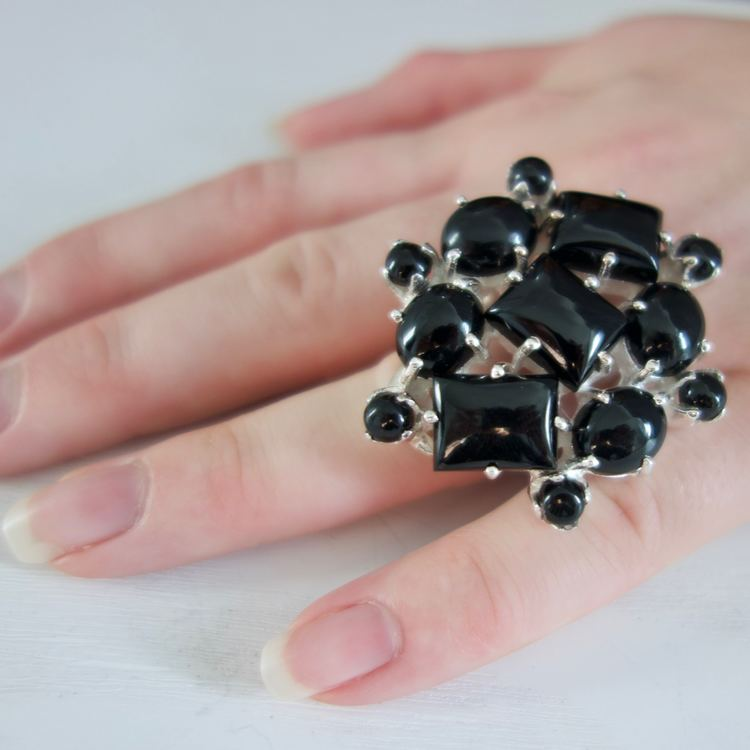 stor ring med svarta onyx i olika storlekar. Big silver ring with black onyx in various sizes.