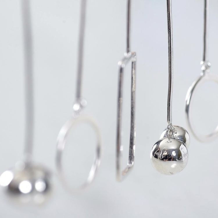 flera silverörhängen med olika former. silver earrings with various designs.