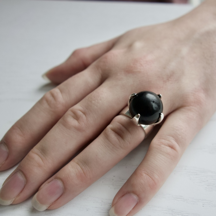 Hand med stor silverring med mattslipad onyx. Hand with big silver ring with mat polished onyx
