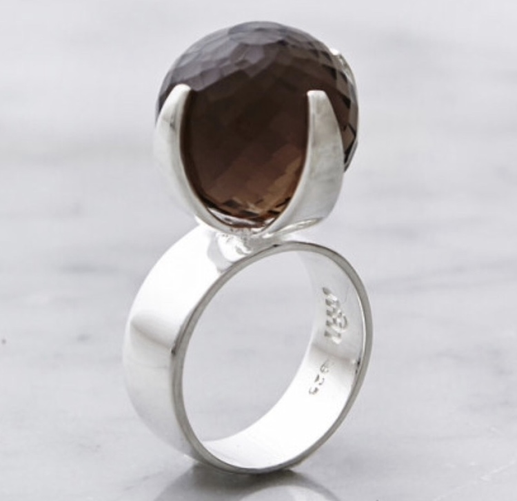 Stor silverring med en stor rund facettslipad rökkvarts. big silver ring with smokey quartz