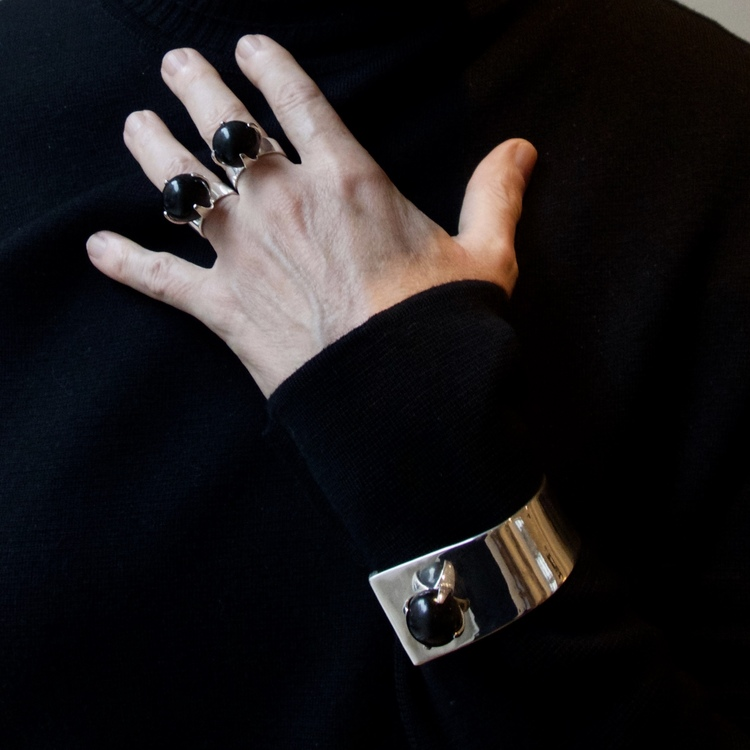 hand med två stora silverringar med mattsvart onyx. hand with two big silver rings with mat black onyx