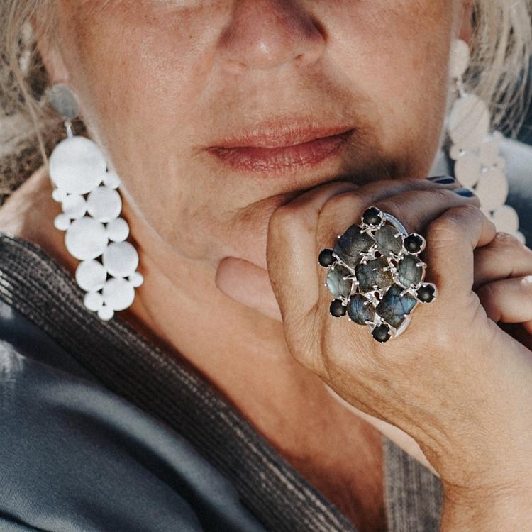 Stor silverring med mattslipade Labradoritstenar, stora silverörhängen. Big silber earrings