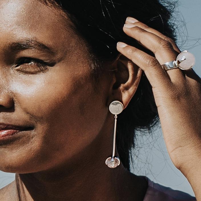 Modell med stora örhängen i silver med rosenkvarts och matchande stor ring. Model with big silver earrings with rose quartz and matching silver ring