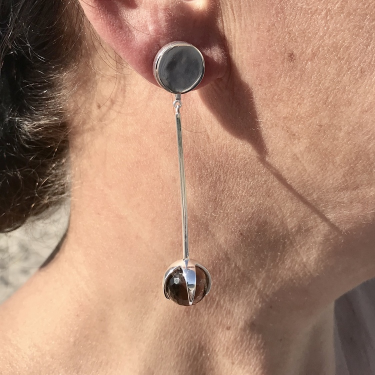 stora silverörhängen i rökkvarts . big silver earrings with smokey quartz