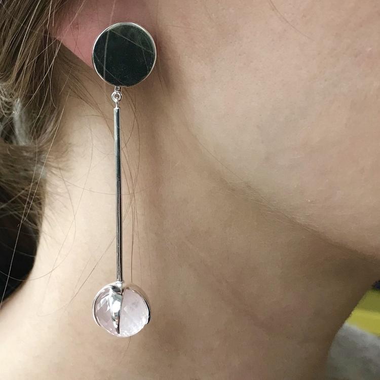 Modell med stora örhängen i silver med rosenkvarts. Model with big silver earrings with rose quartz