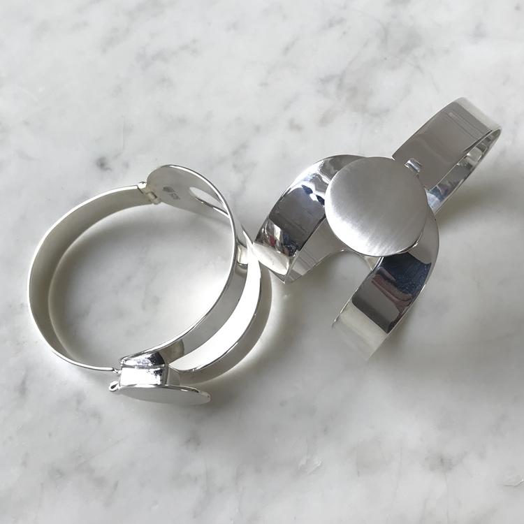 stort silverarmband, öppningsbart med gångjärn och lås. Big silver bracelet with hinge and lock