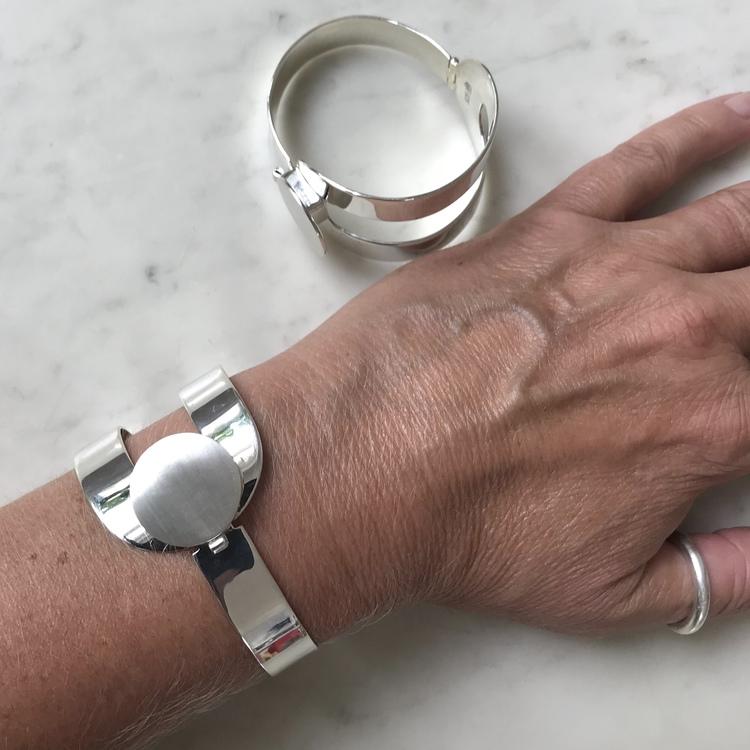 stort silverarmband med gångjärn och lås. Big silver bracelets with hinge and lock