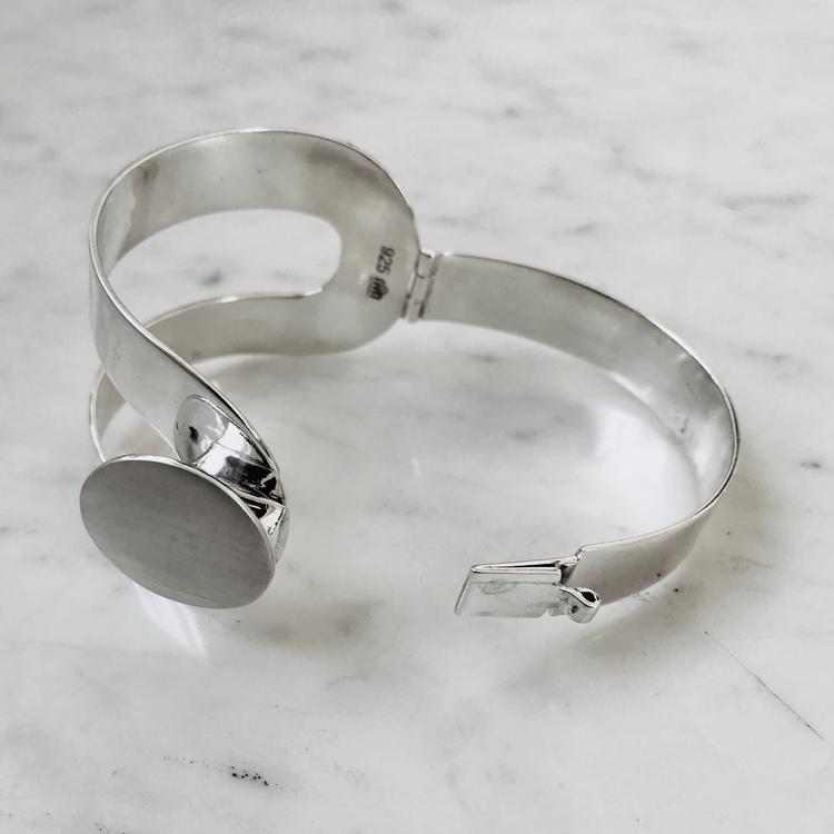 stort silverarmband. öppningsbart med gångjärn och lås. Big silver bracelet with hinge and lock