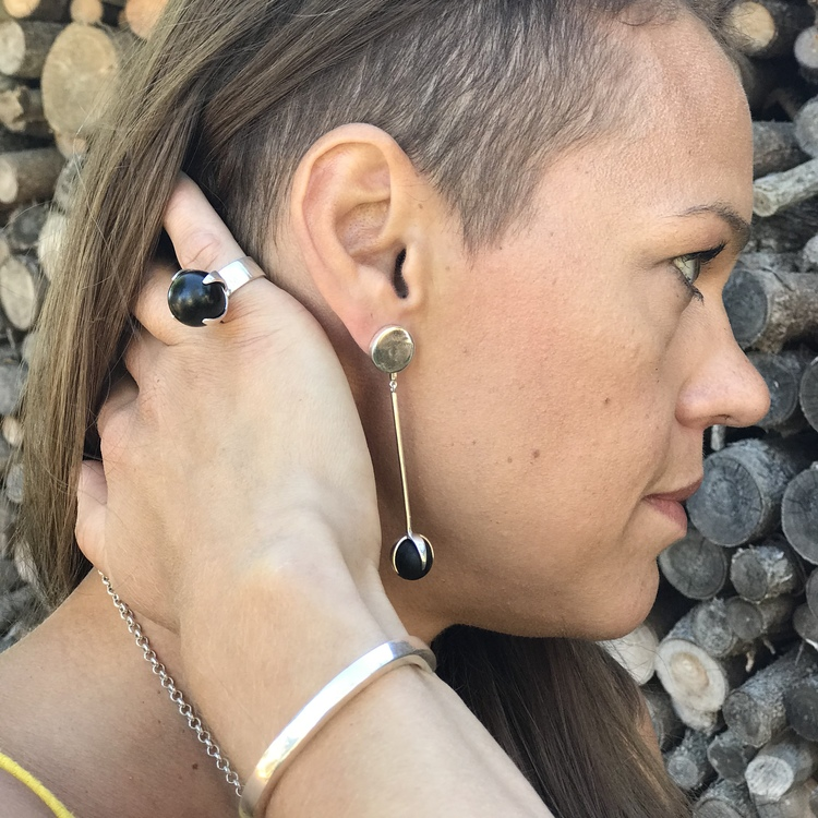 stora silverörhängen i svart onyx med matchande ring . big silver earrings with black onyx and matching big silver ring
