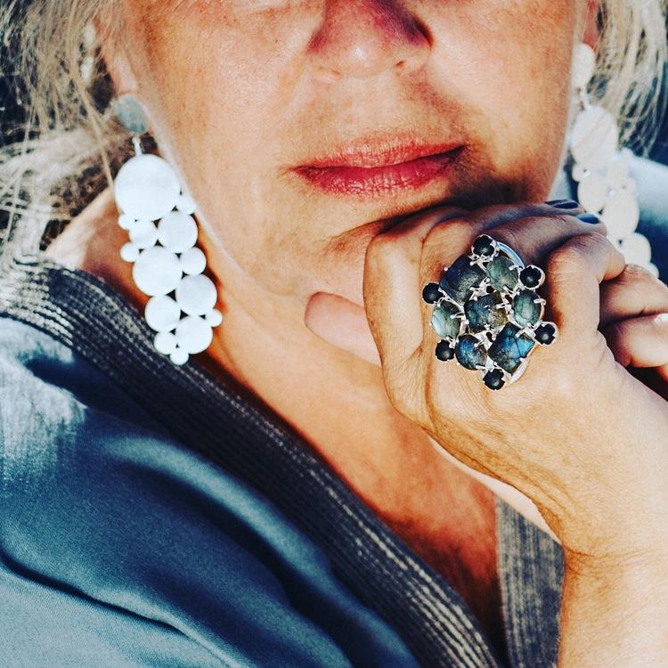 Stor silverring med mattslipade Labradoritstenar, stora silverörhängen. Big silver earrings