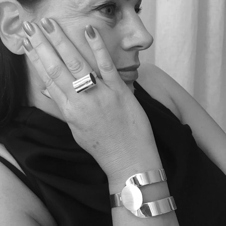 stort silverarmband med gångjärn och lås, stor svart ring. Big silver bracelet with hinge and lock